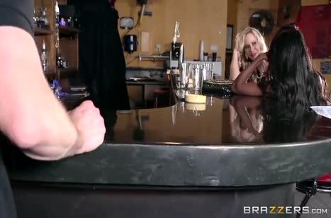 Телочки с большими сиськами замутили оргию прямо в баре 2