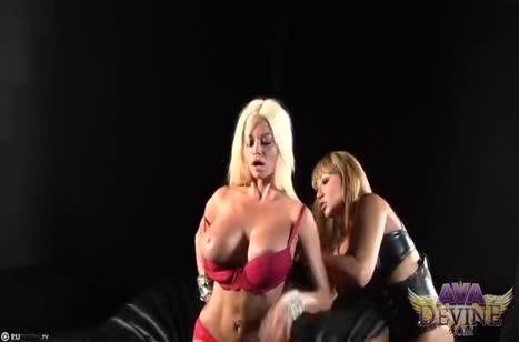 Две гламурные лесбиянки устроили порно на большом страпоне 1