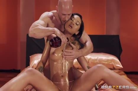 Масляную сучку чувак мощно отодрал и забрызгал ее спермой 1