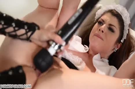 Девка в секс наряде играет с домработницей в доминирование 4