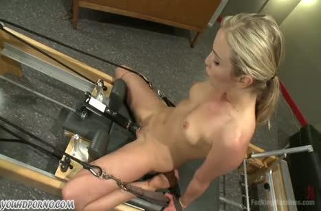 Секс машина жестко трахает блондинку по самое основание 1