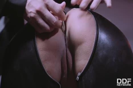 Телочка оделась в латекс и устроила жесткое БДСМ порно 3