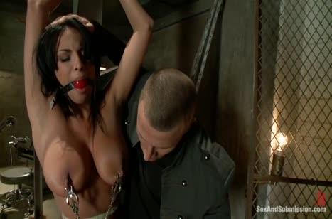 Грудастая соска Анисса Кейт соглашается на БДСМ порно 2