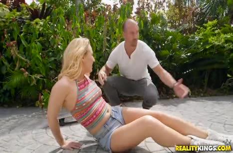 После неудачных покатушек на скейте блондинка решила потрахаться 1