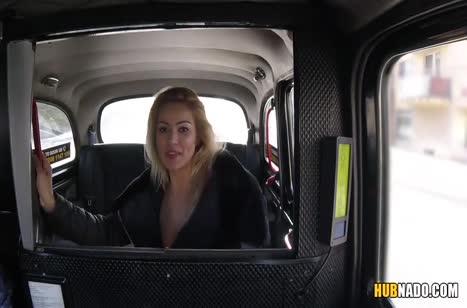 Пассажирка устроила с водителем оргию в машине 2