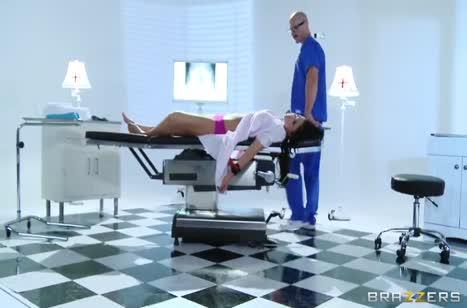 Пошлый врач соблазнил пациентку на кушетке 1