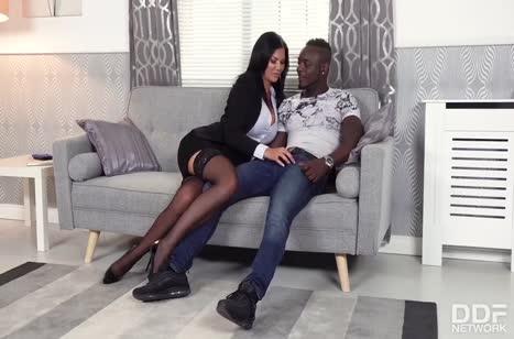 Секси мамка Жасмин Джей сношается с черным любовником 2