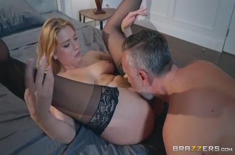 Жизель Палмер в чулочках любит горячий секс в постельке 3