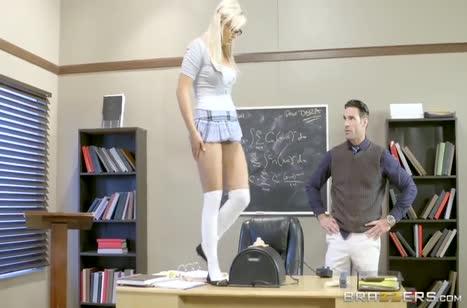Студентку Кайли Пейдж оставили на секс после занятий 1