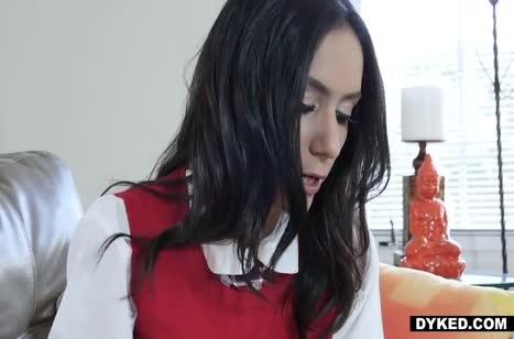 Молодые брюнеточки лесбиянки решили заняться сексом 1