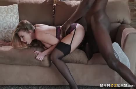Деваха одела сексуальное белье и отдалась африканцу 5