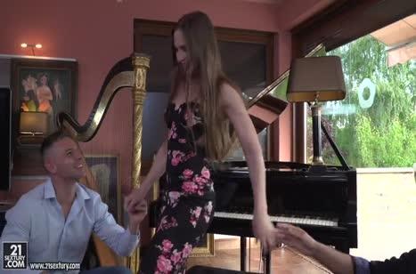 Симпатичную пианистку проткнули двумя стволами 1