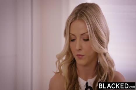 Блондинки в секс нарядах позарились на черный хер 1
