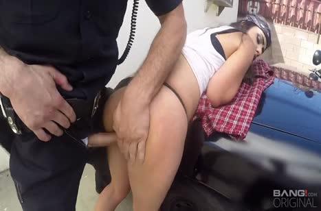 Арестованная бабенка трахнулась с полицейскими на улице 4