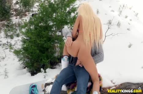 Грудастой блондинке Luna Star не обломно трахаться на снегу 2