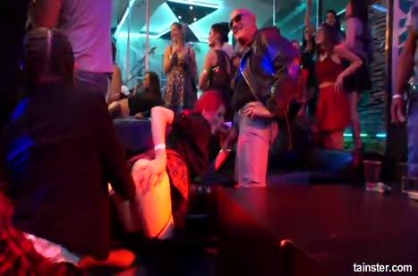 Подбухнувшие телочки устроили разврат прямо в клубе 1