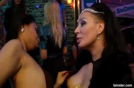 Подбухнувшие телочки устроили разврат прямо в клубе 5