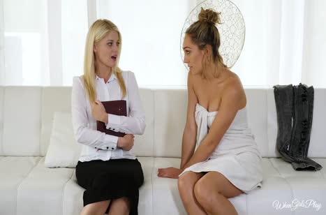 Блондиночка зашла в гости и согласилась на лесбо секс 2