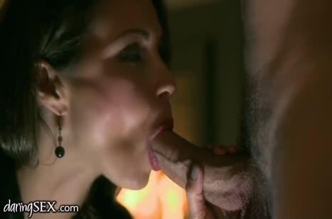 Опытная мамка наслаждается вечерним романтическим сексом 1