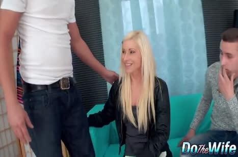 Симпатичная блондинка с радостью подставила попу на член 1