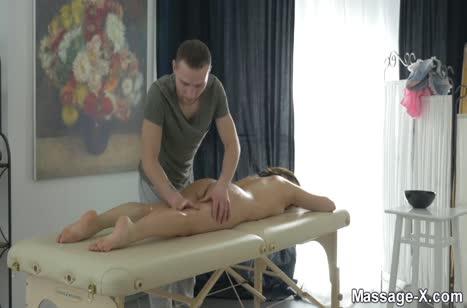 Симпатичной брюнеточке понравился секс массаж 1