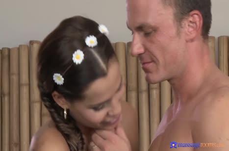 Миленькая Satin Bloom романтично кувыркается с массажистом 1