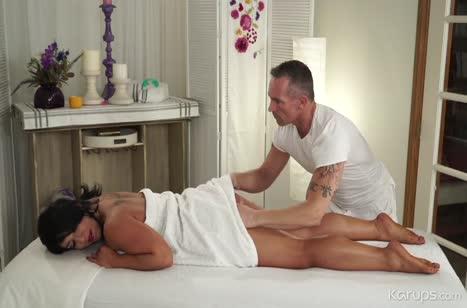 Пациентка Рэйвен Харт не против перепихнуться с массажистом 2