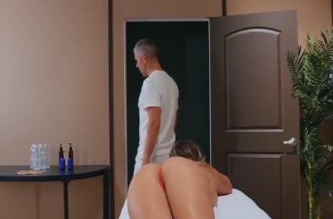 Шикарная милфа Кали Картер дает массажисту в задницу 1