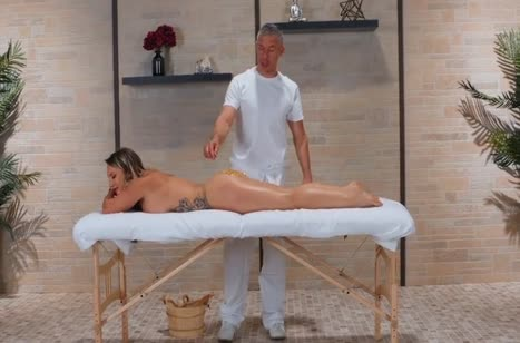 Шикарная милфа Кали Картер дает массажисту в задницу 2