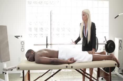 Блондинка с большими сиськами устроила с негром порно массаж 1
