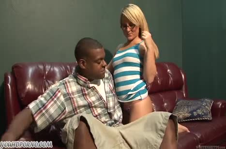 Очкастая блондинка раздвинула ноги перед черным самцом 1