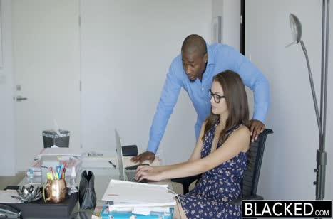 Черный мужик снимает стресс Элли Хейз горячим сексом 1