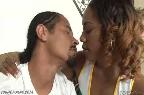 Горячая чирлидерша негритянка устроила другу порно сюрприз 1