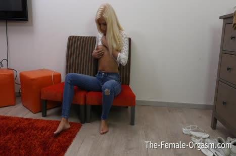 Блондиночка теребит вагинку на порно кастинге 1