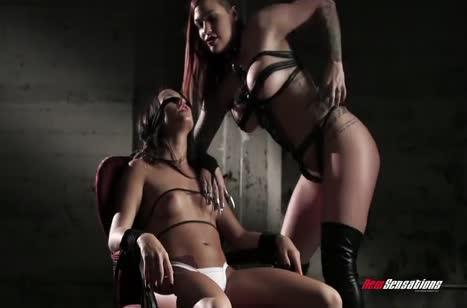 Похотливые лесбиянки устроили порно с элементами БДСМ 1