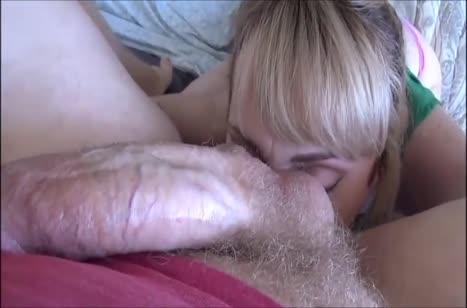 Блондинка с большими сиськами соблазняет чувака бюстом 2