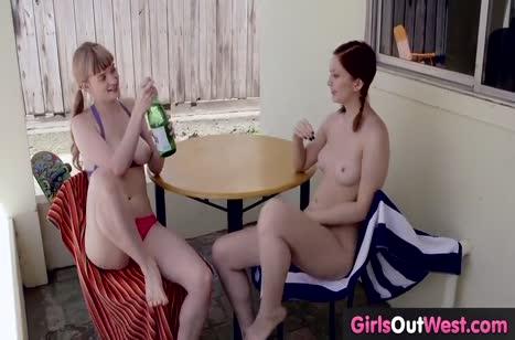 Озорные лесбиянки ласкаются в надувном бассейне у дома 3