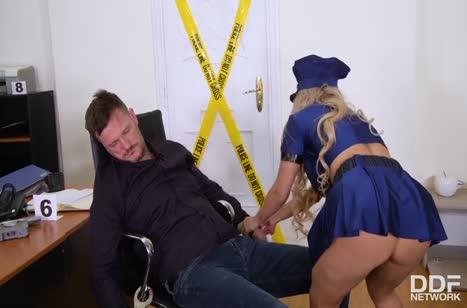Полицейская Мия Линц трахнулась на месте преступления 1