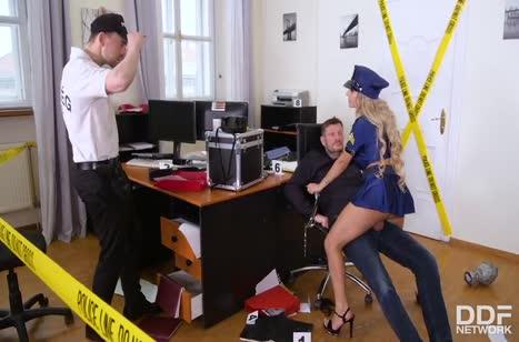 Полицейская Мия Линц трахнулась на месте преступления 3