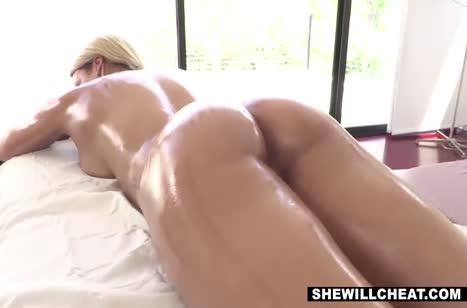 Знойная блондинка позагорала и решилась на порно массаж 4