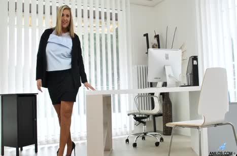 Толстая Кристал Свифт побаловала писю мастурбацией 1